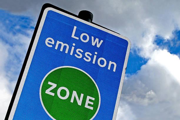 """Panneau signalétique bleu avec l'inscription """"Low emission zone"""""""