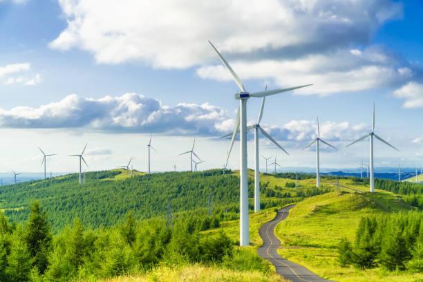 Vallée verdoyante avec plusieurs éoliennes