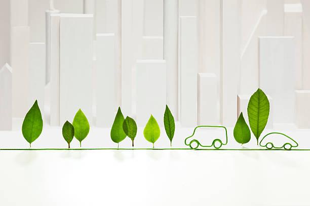 Infographie d'une route avec une voiture et des arbres en feuilles, sur fond blanc