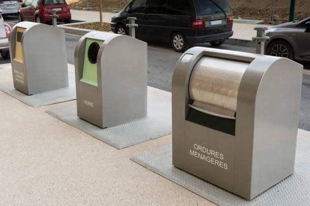 Trois poubelles urbaines de recyclage pour les déchets et ordures ménagères