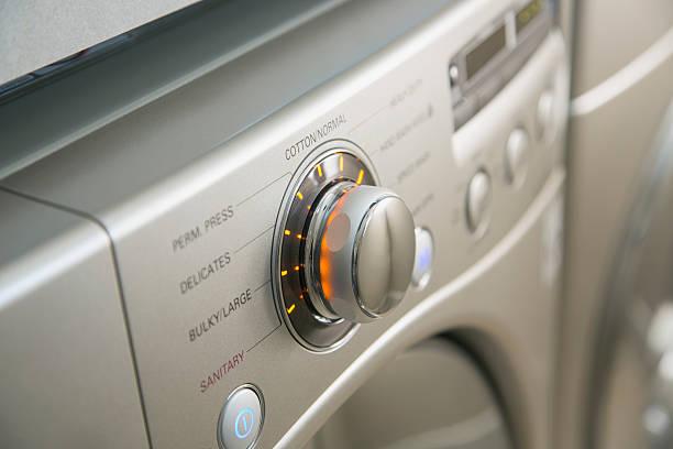 Gros plan sur les fonctions d'une machine à laver