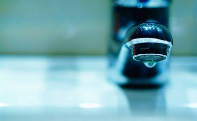 Gros plan sur un robinet qui fuit