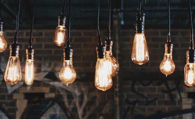 Ampoules allumées devant un mur en briques