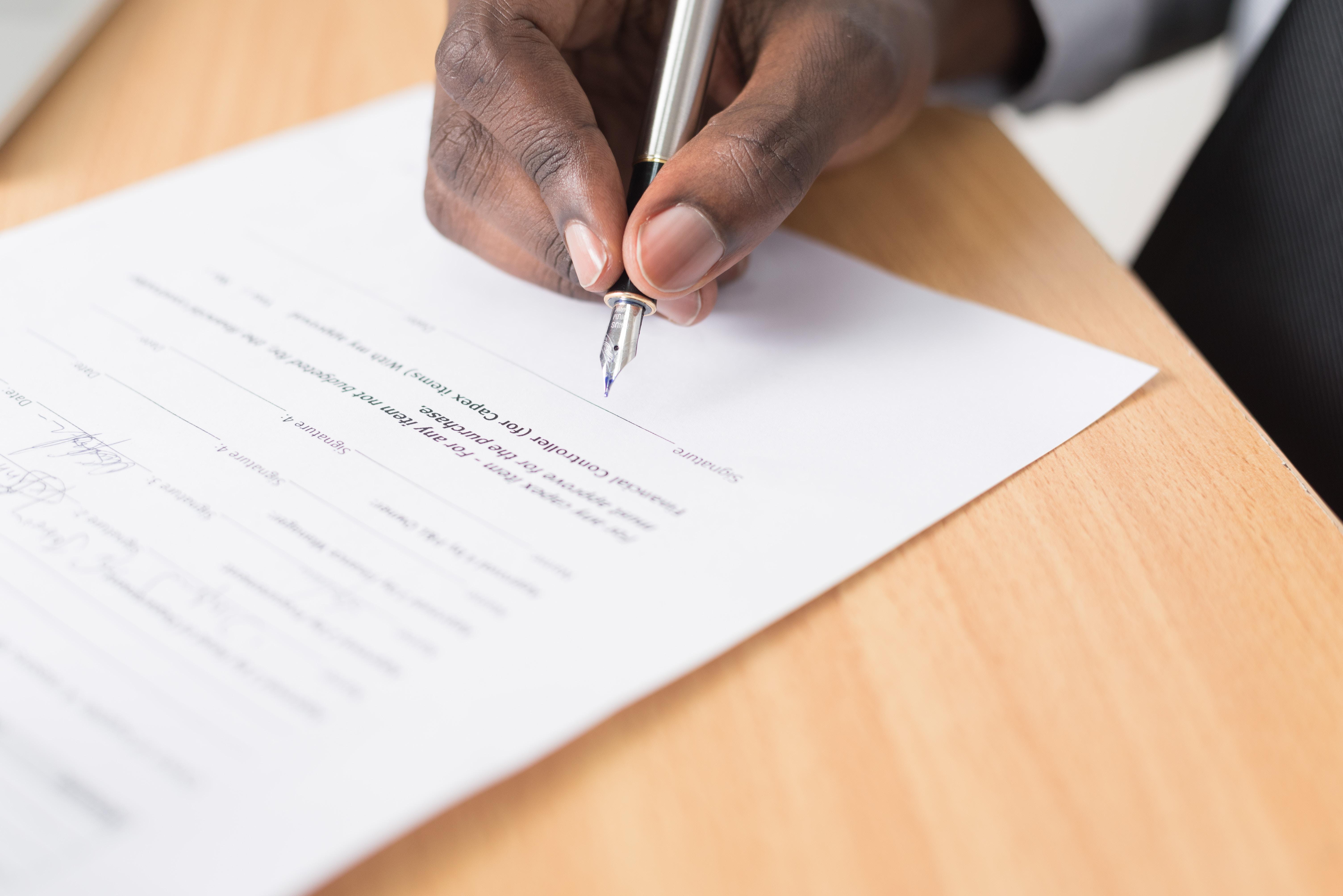 Homme qui signe un contrat