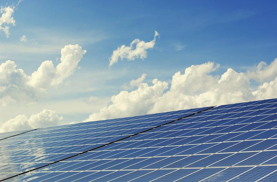 Panneaux solaires toit maison