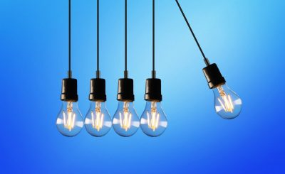 Pendule de Newton avec des ampoules pour symboliser la transition énergétique