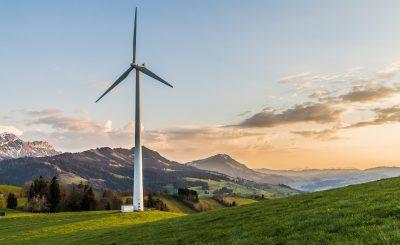 Éolienne installée en campagne