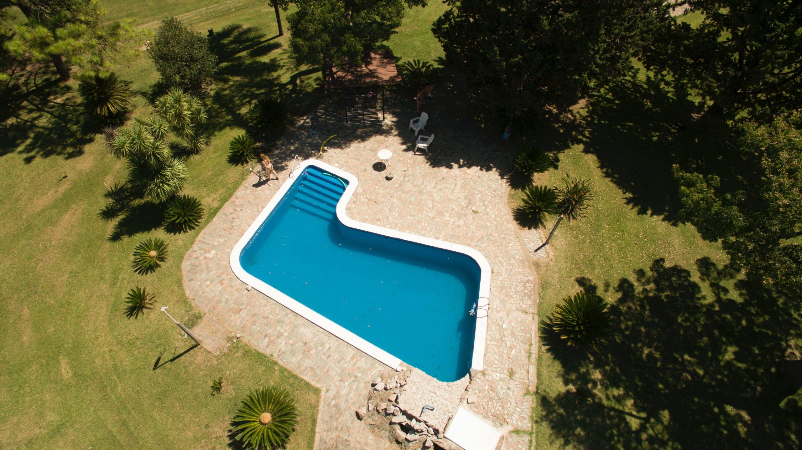 Une piscine vue du ciel