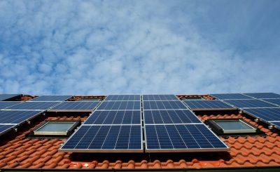Panneau solaire sur le toit d'une maison pour de l'autoconsommation